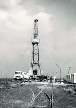 Bohranlage auf Feldbahngleisen. Quelle: Wirtschaftsverband Erdöl- und Erdgasgewinnung e.V.