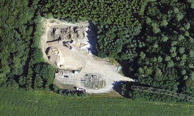 Sanierung einer altmärkischen Bohrschlammgrube aus der Luft betrachtet. Standord Erdgasbohrung PES 250 bei Niephagen.  Quelle: GoogleMaps