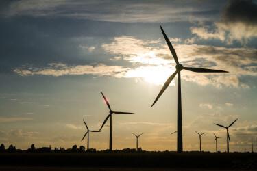 Windkraftanlagen im Gebiet des Erdölfeldes Voigtei.
